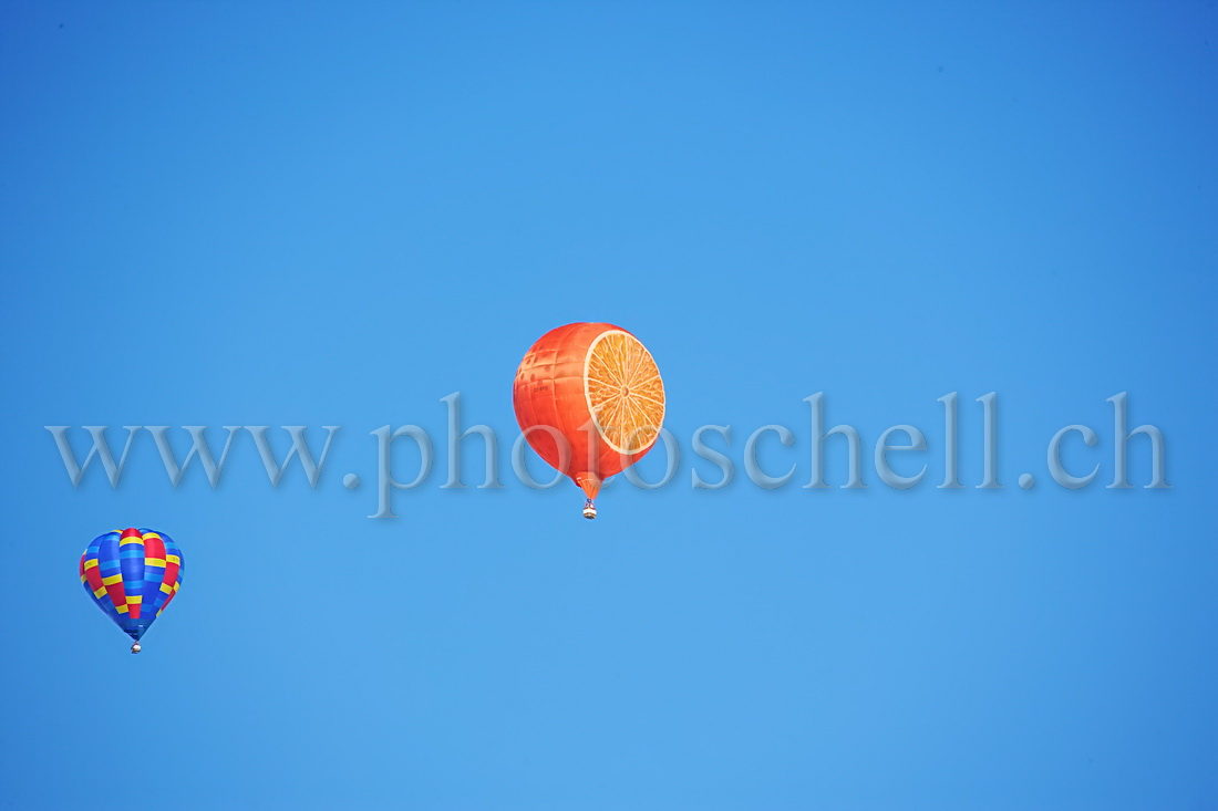 Ballon dans le ciel - orange